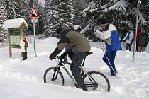 Sněhu je na Šumavě více než dost, přesto si nově otevřenou část cyklostezky vyzkoušely obě skupiny, kterým bude především sloužit – cyklisté i běžkaři.