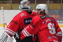 Klatovští hráči Vladislav Pravda (vlevo) a Tomáš Pacanda se radují z výhry nad Kobrou.