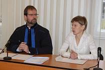 Aktivistka Slavka Málková u klatovského soudu.