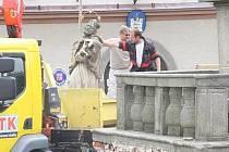 Socha Jana Nepomuckého se na strážovské náměstí vrátí po výstavbě nového podstavce.