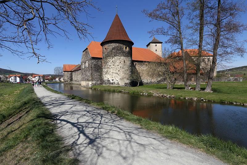 Gotický vodní hrad Švihov je jeden z nejmladších a nejlépe dochovaných českých hradů. Oblíbené turistické místo, kde se v roce 1973 natáčela část známé pohádky Tři oříšky pro Popelku, se nachází na řece Úhlavě na kraji stejnojmenného městečka.