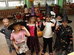 """V halloweenská strašidla se proměnily děti ze třídy Motýlci klatovské mateřské školy Zvoneček (U Pošty). """"Seznamujeme tak děti pohádkovou formou s tradicemi v jiných zemích,"""" uvedla vedoucí učitelka MŠ Zvoneček Marie Horejšová."""