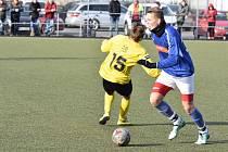 Nýrský fotbalista Karel Kalivoda mladší (na snímku hráč v modrém dresu) pomohl svým výkonem k výhře na hřišti Jiskry Domažlice B (hráč ve žlutém dresu) 4:3.