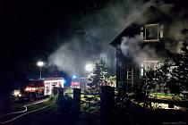 Noční požár chaty na Špičáku