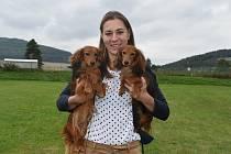 Aneta Rašková ze Švihova na Klatovsku se svými psy a cenami.