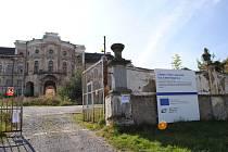 Zámek Týnec nedaleko Klatov, zapsaný na seznamu národních kulturních památek, prochází  rozsáhlou rekonstrukcí. Průčelí zatím čeká na novou omítku, zadní fasáda už se ale blýská novotou.