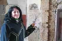 Kastelánka Miroslava Žáková ukazuje, kde vznikne nová expozice farnosti Chudenice.