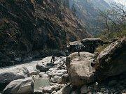 Cyklisté sjížděli hory v Nepálu.