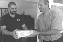 Náčelník Horské služby Šumava Michal Janďura (vlevo) přebírá defibrilátor z rukou zástupce Plzeňského kraje Pavla Karpíška.