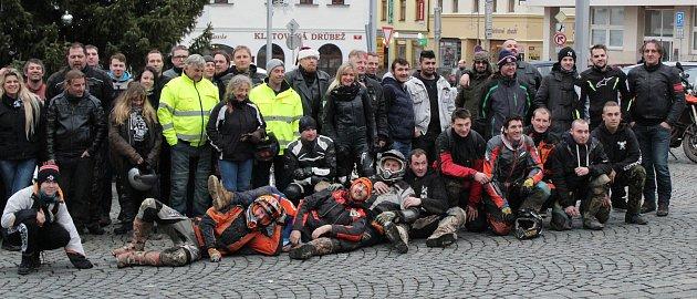 Motorkáři se na Štědrý den sjeli uvánočního stromu vKlatovech a uspořádali sbírku pro tamní Domov sv. Zdislavy pro matky sdětmi vtísni.