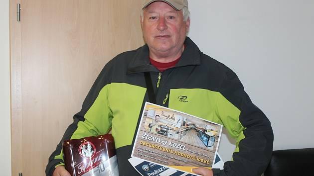 Miroslav Malý z Nýrska si minulý týden v redakci Klatovského deníku převzal ceny za vítězství v devátém kole Tip ligy.