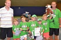 Medaile předala hráčům tenisová legenda.  Na snímku je zleva daviscupový reprezentant Bohdan Ulihrach, klatovští minitenisté Jana Fantová, Jan Šťastný, Lukáš Janoušek, Kryštof Ruža, Klára Kučerová a jejich trenér Milan Janoušek.