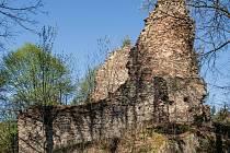 Zřícenina hradu, který leží u Nýrska