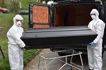 Do míst s největším rizikem vyrážejí pracovníci sušické pohřební služby ve speciálním vybavení.