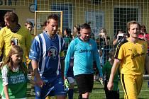 Přátelský zápas bolešinských fotbalistů s extraligovými hokejisty HC Škoda Plzeň přilákal do Bolešin spousty diváků. Domácí (žluté dresy) podlehli hokejistům 1:2
