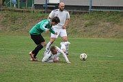 Fotbalisté Žichovic (na snímku hráči v bílých dresech v zápase na Košutce) se v prvním kole nové sezony I. A třídy představí na půdě Starého Plzence.