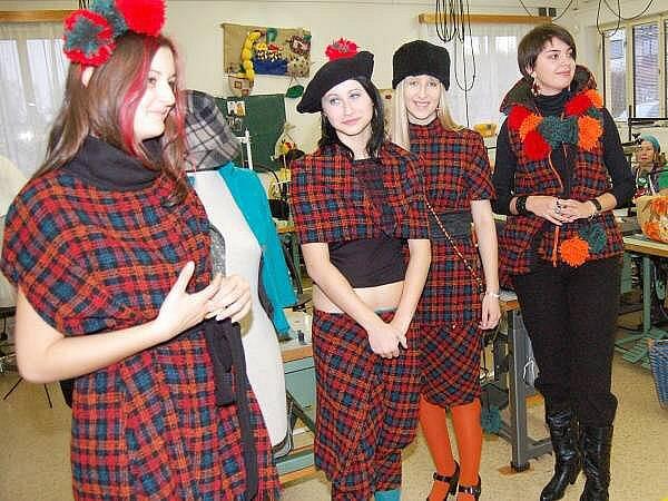 Studentky oboru oděvnictví ISŠ Klatovy s vítěznou  podzimní  kolekcí