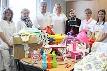 Dobrotety předávaly dary dětskému oddělení v Klatovech.