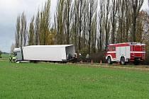 Nehoda kamionu u Blatnice. Nákladem byla kyselina sírová