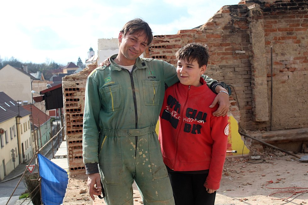 Roman Kubale se svým synem, když pracovali na vyhořelém domě.
