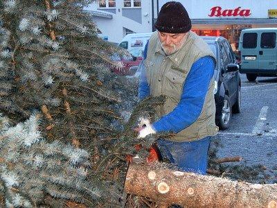 Odklízení vánočního stromu na klatovském náměstí