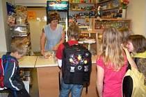 Marie Hellerová měla v době návštěvy Deníku v bufetu stále plno. Děti lákaly především sladkosti.