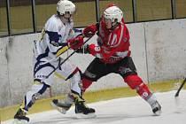 Krajská liga mužů: HC Klatovy B (v červeném) - Meteor Třemošná 7:4.