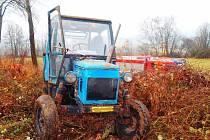 Traktor, jímž muž přejel u Myslíva svého syna.