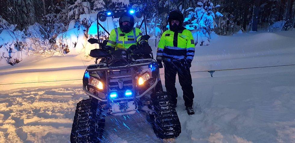 Policisté dohlížejí na bezpečnost na sjezdovkách na Šumavě.