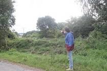 Jan Benda ukazuje na nový průsek v lokalitě, kde mu před dvěma lety nepovolili kvůli ochraně přírody pořádat závody enduro.