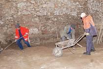 Práce v historické hospodářské budově fary v Myslívě