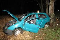 Náraz osobního vozu do stromu u Puchverku.