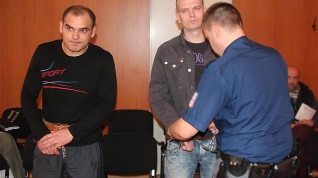 Tomáše Žemlu (vlevo) a Tomáše Faifrdlíka přivezla eskorta k soudu z vazby na Borech.