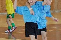 Reprezentanti Sokola Mochtín při halovém fotbalovém turnaji mladších přípravek v Klatovech vybojovali výborné druhé místo.  Na snímku z utkání, v němž Mochtínu podlehl Mrákov 3:0.