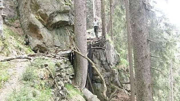 Lávková cesta kolem Čertova jezera