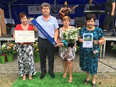 Modrou stuhu za společenský život převzal na sobotním vyhlášení výsledků Vesnice roku ve vítězném Kamenném Újezdu na Rokycansku starosta Pačejova Jan Vavřička.