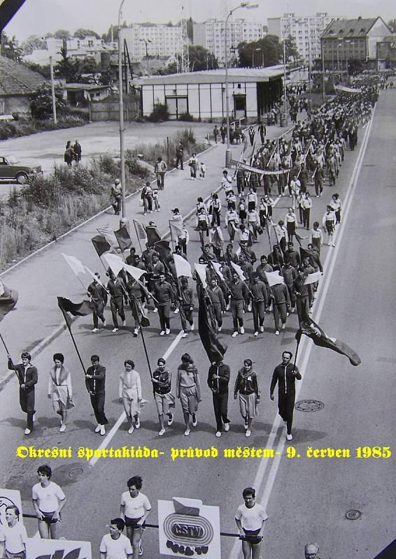 Okresní spartakiáda, průvod městem v roce 1985.