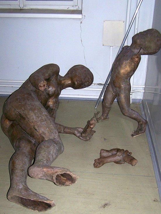 Poničené sousoší Matky s dítětem před rekonstrukcí.