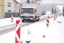 Řidiči projíždějící Tajanovem si na dokončení oprav budou muset počkat, než bude lepší počasí.