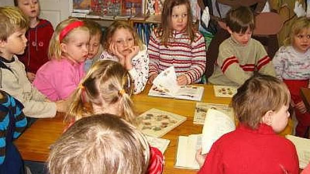 Děti z mateřské školy v horažďovické knihovně
