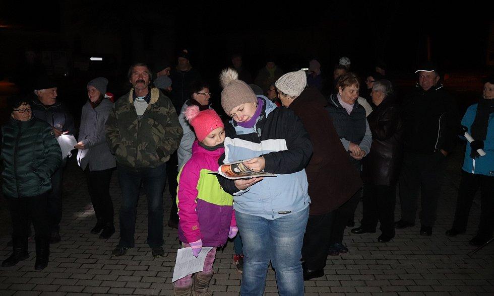 Česko zpívá koledy ve Svrčovci na Klatovsku, kde akci spojili s rozsvícením tamního vánočního stromu.