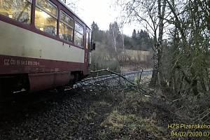 Strom v kolejišti zastavil provoz na trati mezi Chodskou Lhotou a Hlubokou