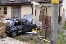 Automobil prorazil plot a zastavil o zeď domu