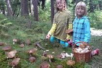 Fotografie svých vnuček Markétky a Kristýnky Bělohoubkové poslal sušický houbař František Keliš