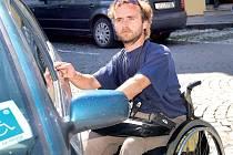 DOSTATEK PROSTORU. Podle vozíčkáře Miloše Kalouska z Klatov jsou řidiči na parkovištích vůči tělesněpostiženým většinou ohleduplní.