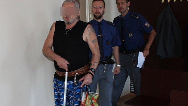 Obžalovaného přivedla do soudní síně eskorta.