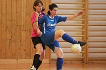 Zimní Dívčí amatérská fotbalová liga: Kobra Stars (v růžovém) - Andělky Velký Bor 7:5.