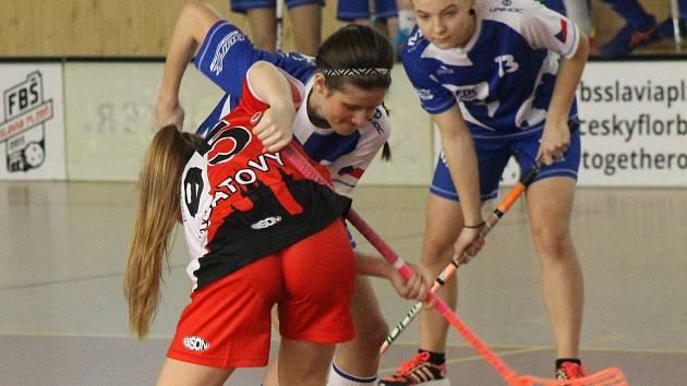 Florbalistky juniorského výběru Klatov (na archivním snímku hráčka v červeném dresu) vybojovaly doma tři body.