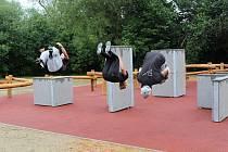 Otevření hřiště se odehrálo v dešti, takže parkouristé nemohli předvést své umění naplno.