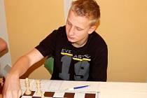 Favorizované družstvo Šachklubu Sokol Klatovy  porazilo v dalším utkání extraligy dorostu v prostorách klatovského  hotelu Centrál své hosty z Říčan 4:2.  V zápase se dařilo i Václavu Růžičkovi (na snímku) který svého soupeře porazil